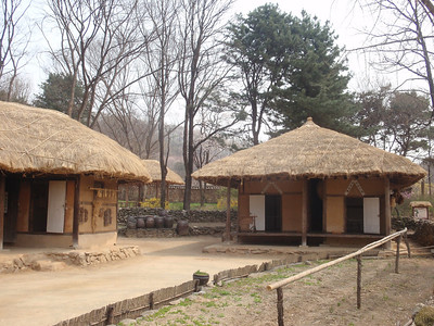 254_Korean Folk Village  Farmer's House in the Southern Part  Shows a straight-lined inner wing  The space of floor is reduced jpg