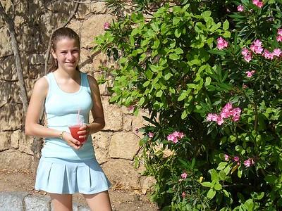021_Delphi_Sandou_and_a_freshly_pressed_Strawberry_juice