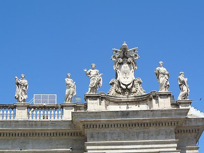 013_Piazza_San_Pietro_140_saints_on_Top_of_the_colonnade