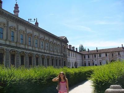 0750_Certosa_di_Pavia_The_entrance_Yard_Sandou