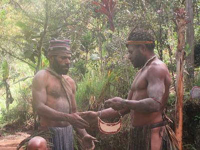 352_Koglni Village  Melpa (local tribe) Haus Krai (child funeral)  Giving away the Kuna (shell)