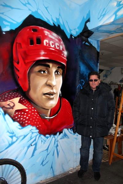 Сергей Макаров на фоне своего портрета