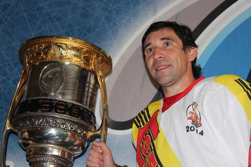 Нападающий магнитогорского Металлурга Данис Зарипов, который стал в прошлом сезоне чемпионом России, привёз в родной город главный трофей Континентальной хоккейной лиги.
