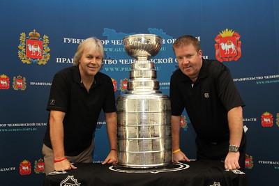 Вместе с Вячеславом Войновым в Челябинск приехали сотрудники музея хоккейной славы из канадского города Торонто.