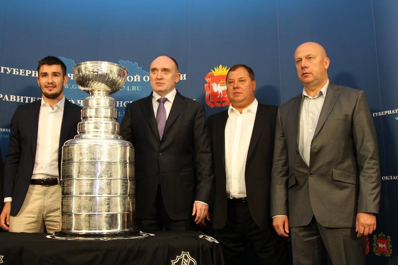 Воспитанник челябинского хоккея Вячеслав Войнов, ставший в этом сезоне двукратным обладателем Кубка Стэнли, привез главный трофей национальной хоккейной лиги в родной город.