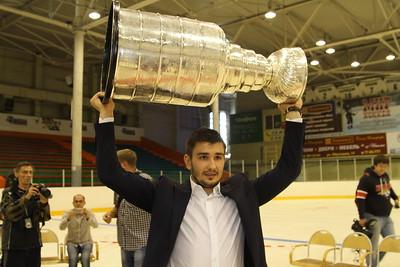 Защитник команды НХЛ Los Angeles Kings Вячеслав Войнов привез Кубок Стэнли школу Трактор.