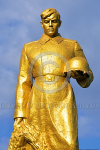 GolSovSol 0007 A large gold statue tribute in Ukraine in honor of Soviet World War II era soldiers, statue picture by Peter J  Mancus