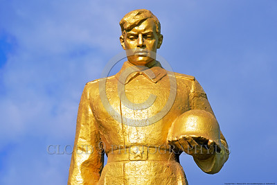 GolSovSol 0002 A large gold statue tribute in Ukraine in honor of Soviet World War II era soldiers, statue picture by Peter J  Mancus