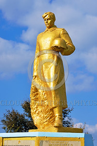 GolSovSol 0006 A large gold statue tribute in Ukraine in honor of Soviet World War II era soldiers, statue picture by Peter J  Mancus