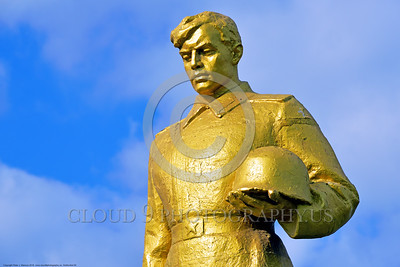 GolSovSol 0004 A large gold statue tribute in Ukraine in honor of Soviet World War II era soldiers, statue picture by Peter J  Mancus