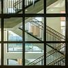 Glassvegg mot hovedtrapperom - gjennomsyn ut i atrium