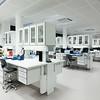 Laboratorium analyserom, med hev-senk benker
