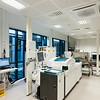 laboratorium maskinrom med hovedanalysemaskin