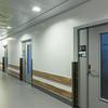 Korridor i poliklinikk. Foliering på dører er del av kunstprosjekt. Kunstner: Lise Stang Lund.