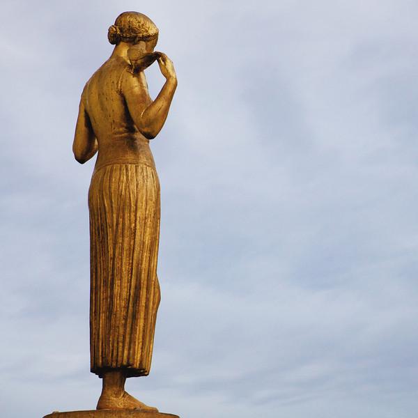 """P"" statue"