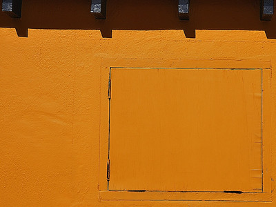 Bermuda; small door in a wall probably painted the same color as the wall to made it invisible / Porte dans un mur painte de la nême couleur que celui-ci afin de la dissimuler.