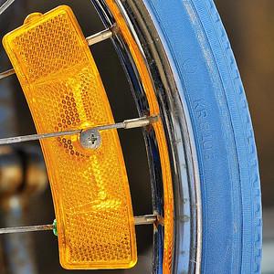 St-Amable, Qc, Canada; I use a flash to capture all the details of this old bicycle tyre and security reflector / Gros plan d'un vieux pneu de bicyclette et du réflecteur de sécurité prise au flash afin d'en faire ressortir tout le détail.