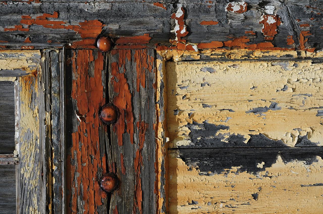 Bermuda Craft Market, Ireland Island North, Bermuda / Bermudes: vieille porte dans la cour intérieure. / Old door in the interior court of the Bermuda Craft Market.