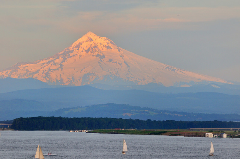 Mt Hood an hour before sunset.<br /> 240mm <br /> f/8<br /> 1/200s<br /> iso 200