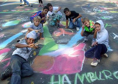 CHALK4PEACE 9 Sept. Grundschule Thadenstr -playground Hamburg, Germany Organizer and photographer:: Katja Frank  http://modernarf.smugmug.com/Art/CHALK4PEACE-2009/CHALK4PEACE-09-Hamburg-Germany/9730608_4BBNg#658645423_LkVtj