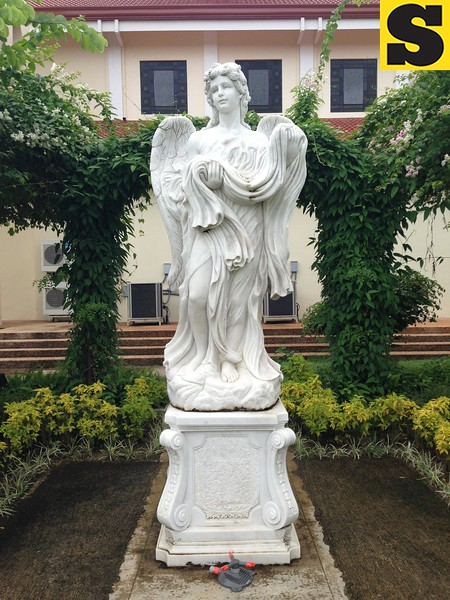 Statue of an angel guarding Capilla Santa Ana's Labyrinth
