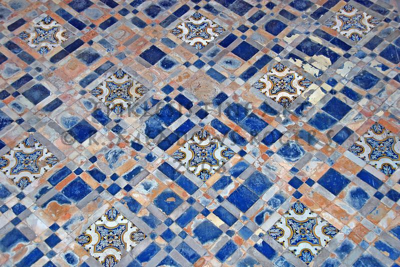 <center>Porcelain Brocade Igreja de Santa Cruz, Coimbra, Portugal © R. Meadows-Rogers, 2008</center>