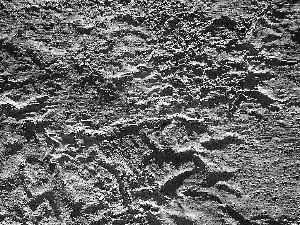 Details d'une vieille peinture dont la texture me fait penser a un terrain arride et accidente en noir et blanc / Details of an old peint. Look like geographical artefact. B&W