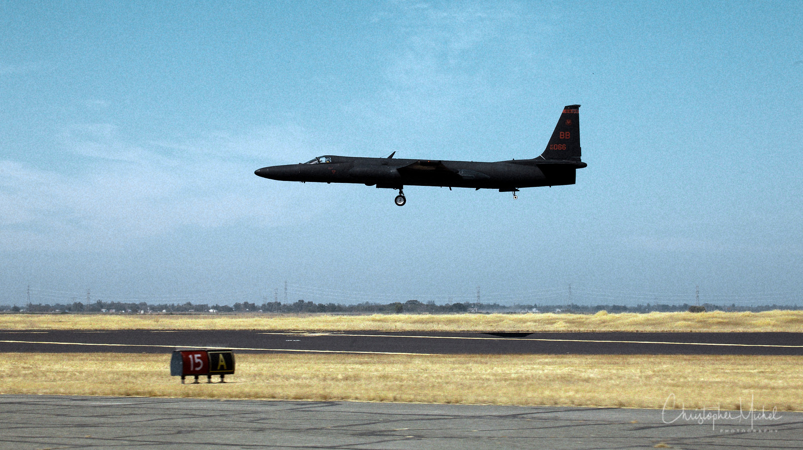 """U-2 preparing to land at Beale AFB.  Note there are only fore and aft bicycle landing gear.  The wingtips have titanium braces, allowing the aircraft to """"tip over"""" during landing rollout."""
