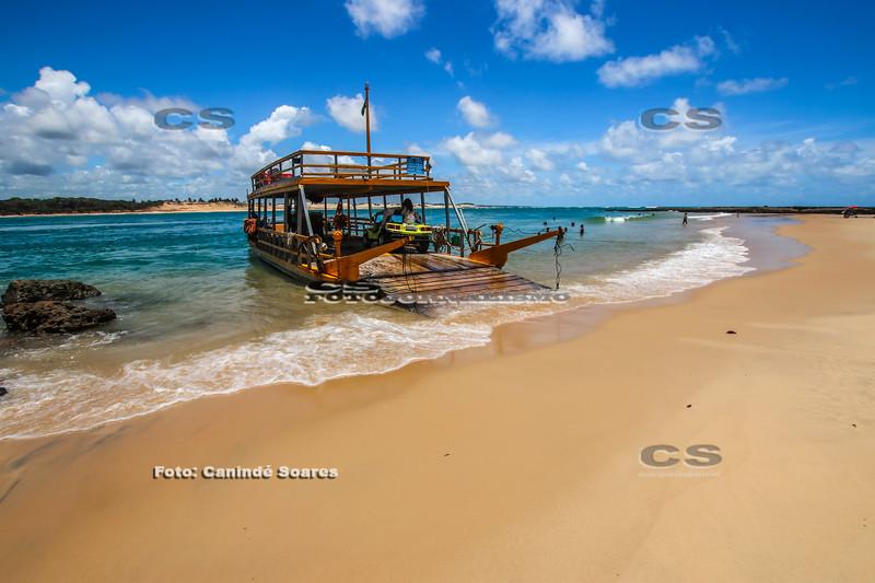 Barco para travessia de carros em Barra de Cunhaú