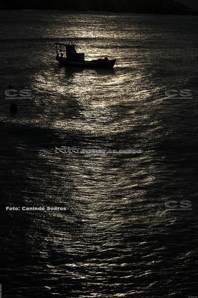 Barco no pôr-do-sol