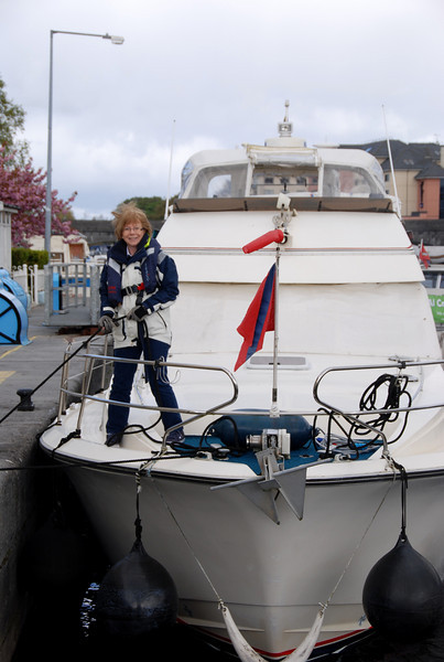 Maura holding 'JKath' in place in Athlone Lock on Monday morning as she made her way back to her home mooring.