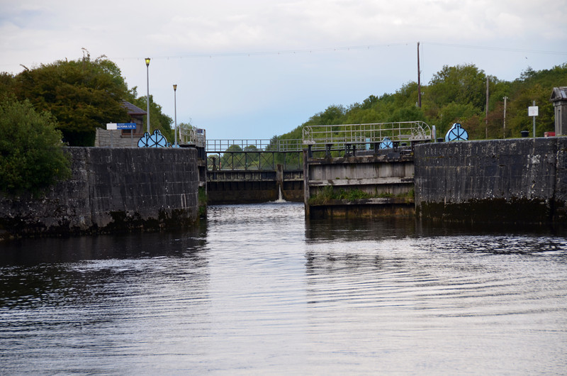 Still only one gate working at Victoria Lock.  Stephen and his assistants had a busy weekend!