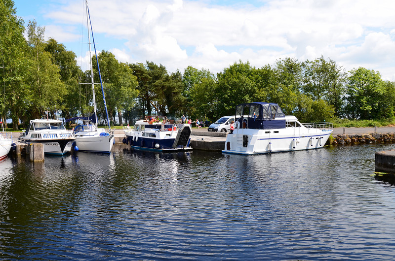 There are several mobos moored up...