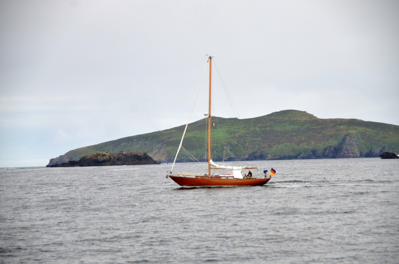 Circa 08.35...and a small yacht, going in the opposite direction, passes us in the Blasket Sound...