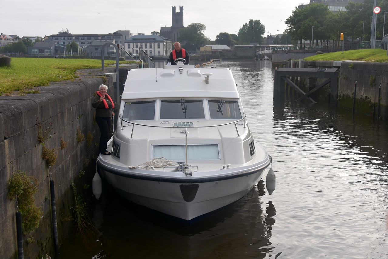'Snow Mouse' enters Sarsfield Lock.