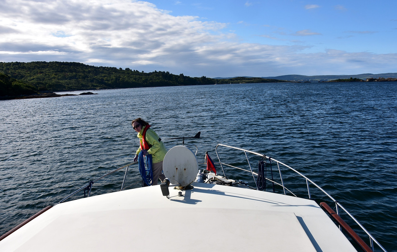 09:00...and we have slipped our mooring and are headed for Bantry Harbour. Unfortunately the wind has picked up somewhat and we will subsequently regret not having departed Glengarriff 30 mins earlier...