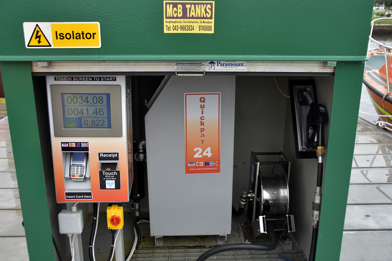 We help ourselves to some diesel! The new self-service diesel station at Kilrush Marina. The large display on touchscreen shows Total Cost in € at top, Consumption in litres on middle row and price per litre is shown on third row. Very handy and very easy to use.
