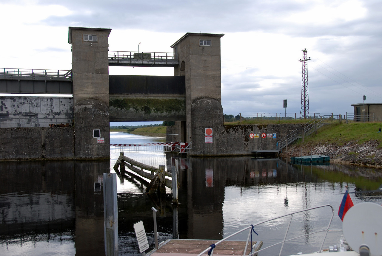 Unfortunately there was a problem re opening the barriers at the sluice gate and it was necessary for someone to be despatched to Parteen to fix the problem.
