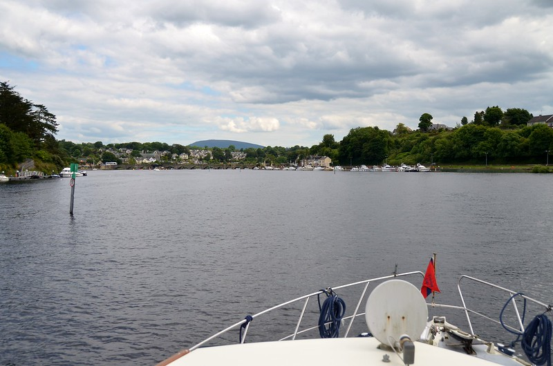 15:36 ... approaching the public moorings at Killaloe, approxoimately 3 hrs after we came through the Portumna swing bridge.  We are on target for getting to Limerick by the early evening.