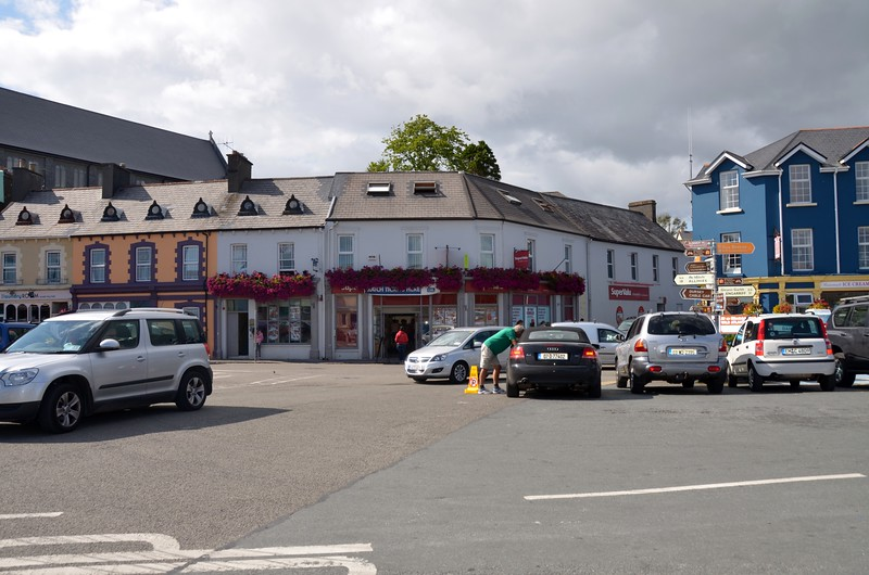 circa 16:49... We have done the shopping and are now back at the taxi pick-up point opposite SuperValu Castletownbere.