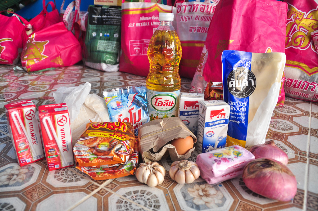 The Happy Bags include milk, eggs, instant noodles, onions, garlic, soap, cooking oil, washing powder, 2000g of rice, dish-washing detergent.  Some other packages also have dried chilli, toys and dish-washing sponge.