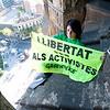 Activistas de Greenpeace se descuelgan de la Sagrada Familia para pedir la libertad de los detenidos en Rusia