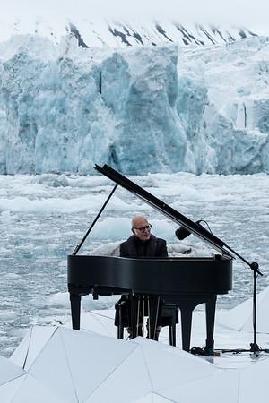 El pianista y compositor Ludovico Einaudi tocando en el océano Ártico