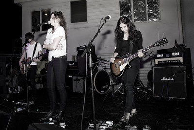 Band:  Dead Sara Vocals/Guitar:  Emily Armstrong Guitar:  Siouxsie Medley Drums:  Sean Friday Bass:  Chris Null