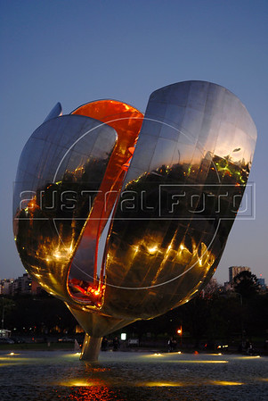 """""""Floralis generica"""", a big moving sculpture designed, produced and installed by argentinian architect Eduardo Catalano behind the National Museum of Fine Arts in Buenos Aires. The flower, a 18 tons construction of aluminum and stainless steel, opens and closes in the morning and evening each day. Buenos Aires, Oct. 6, 2007. (Austral Foto/Renzo Gostoli)"""