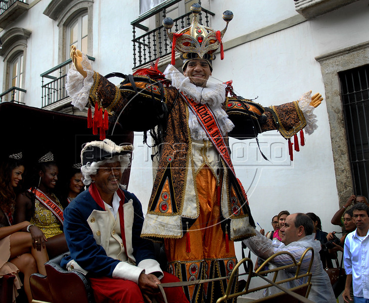 Carnival King Alex de Oliveira, known as the Rei Momo, greets people in the streets of Rio de Janeiro during a parade going to the Samba City to receive the ceremonial key of the city from the city's Mayor, Rio de Janeiro, Brazil, Jan. 29, 2008.  This ceremony marks the official beginning of the Carnival festivities. (Austral Foto/Renzo Gostoli)