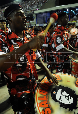Drummers with a image of argentinan revolutionary Che Guevara performs at the Sambadrome during the Academicos do Salgueiro samba school parade,  Rio de Janeiro, Brazil, February 10, 2013. (Austral Foto/Renzo Gostoli)