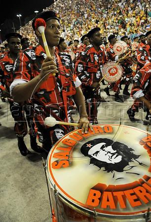Drummers with an image of argentinan revolutionary Che Guevara performs at the Sambadrome during the Academicos do Salgueiro samba school parade,  Rio de Janeiro, Brazil, February 10, 2013. (Austral Foto/Renzo Gostoli)