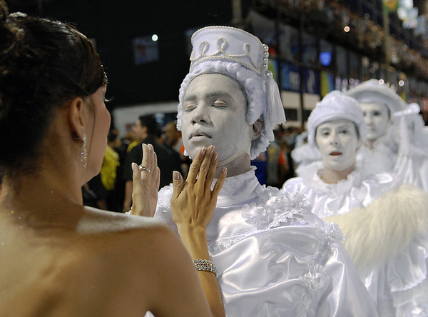 Members of Sao Clemente samba school prepare to perform at Sambadrome, Rio de Janeiro, Brazil , February 20, 2012. (Austral Foto/Renzo Gostoli)