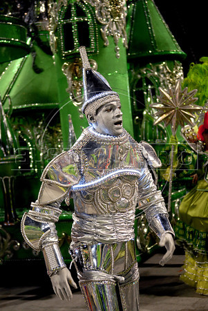 "A member of Sao Clemente samba school, dressed as Tin Man of ""Wizard of Oz"" performs at Sambadrome, Rio de Janeiro, Brazil , February 20, 2012. (Austral Foto/Renzo Gostoli)"
